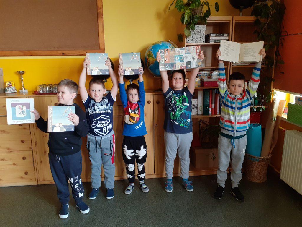 Chłopcy z klasy 1 z wyprawkami czytelniczymi
