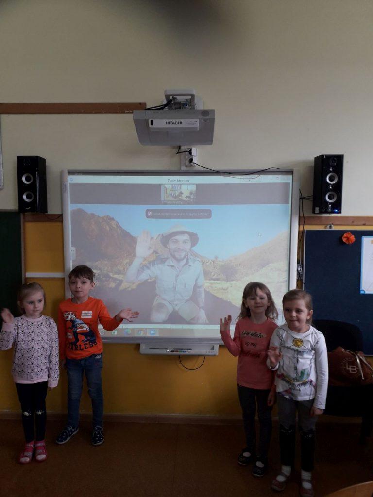 Dzieci witają się z panem Szymonem