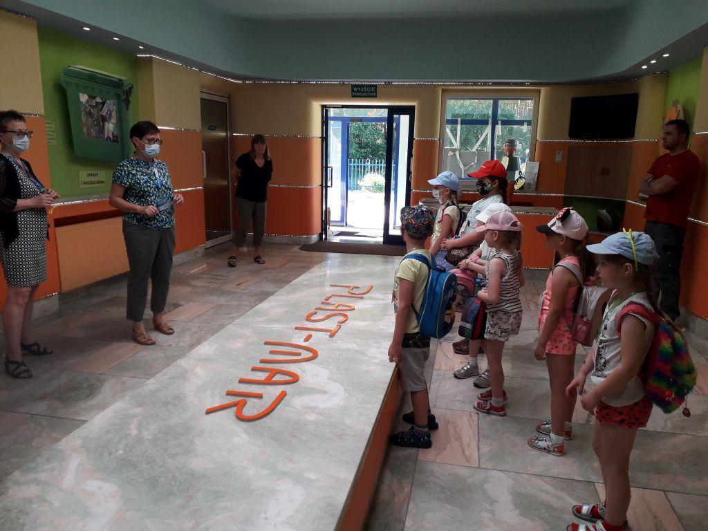 Dzieci w holu Plast-Maru