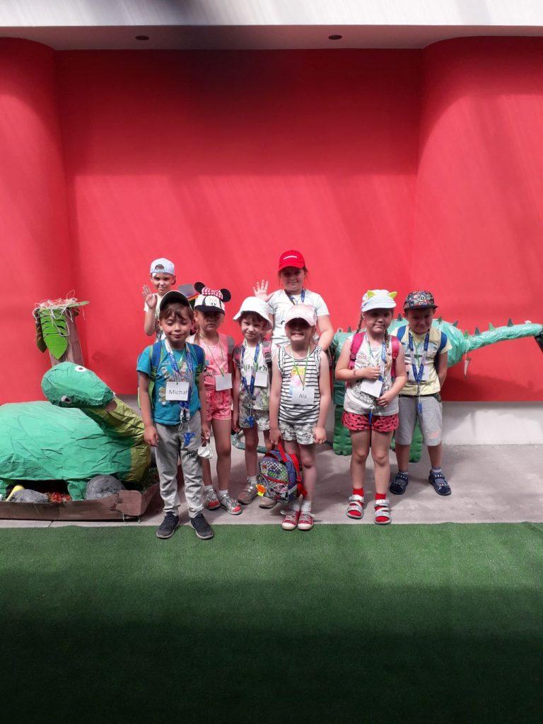 Dzieci na tle wystawy dinozaurów
