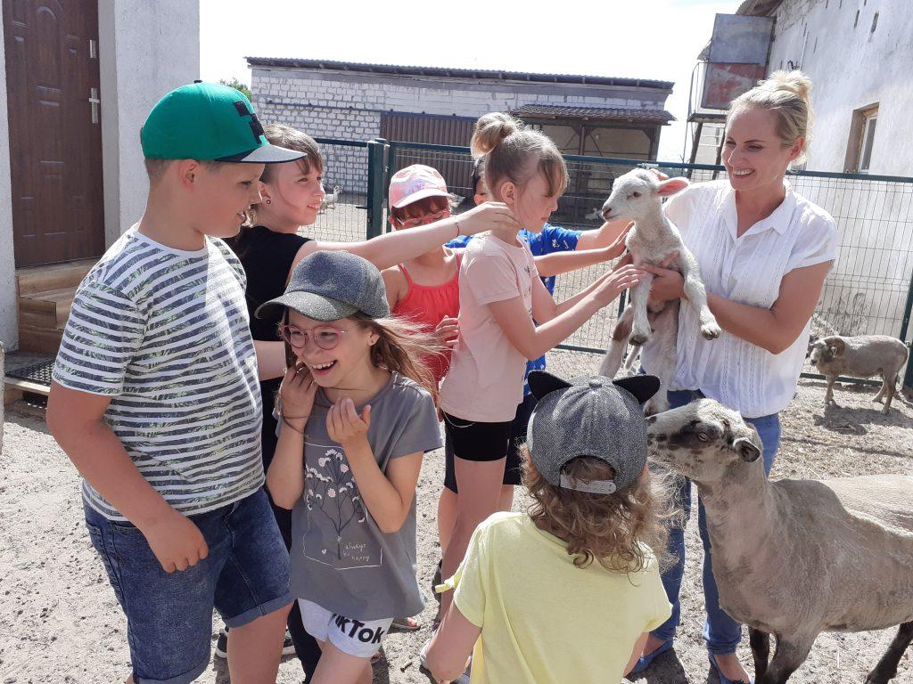 Dzieci z barankiem