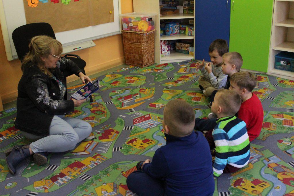 Pani Ola czyta przedszkolakom