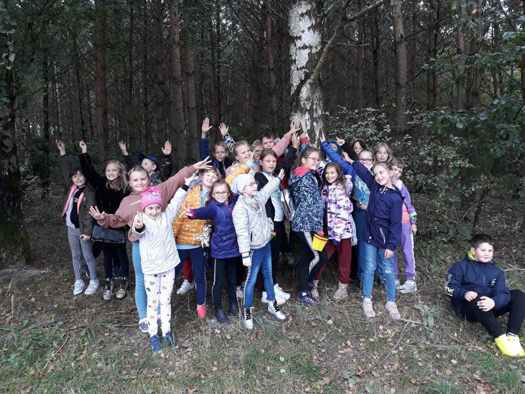Drugoklasiści i czwartoklasiści na spacerze w lesie w Balczewie