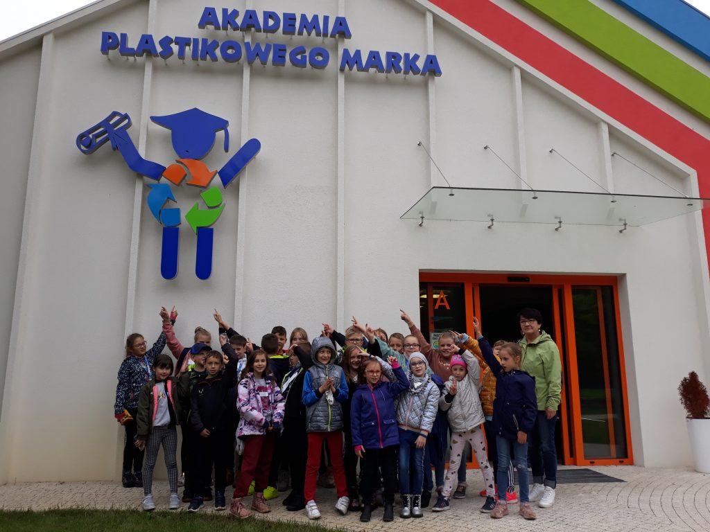 Uczniowie przed budynkiem Plast-Maru